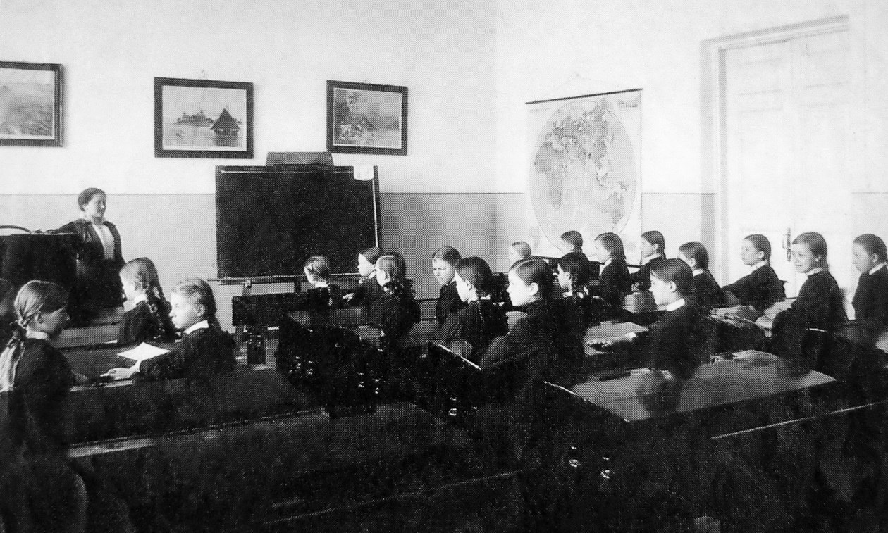 На уроке в Ольгинской гимназии. 1914