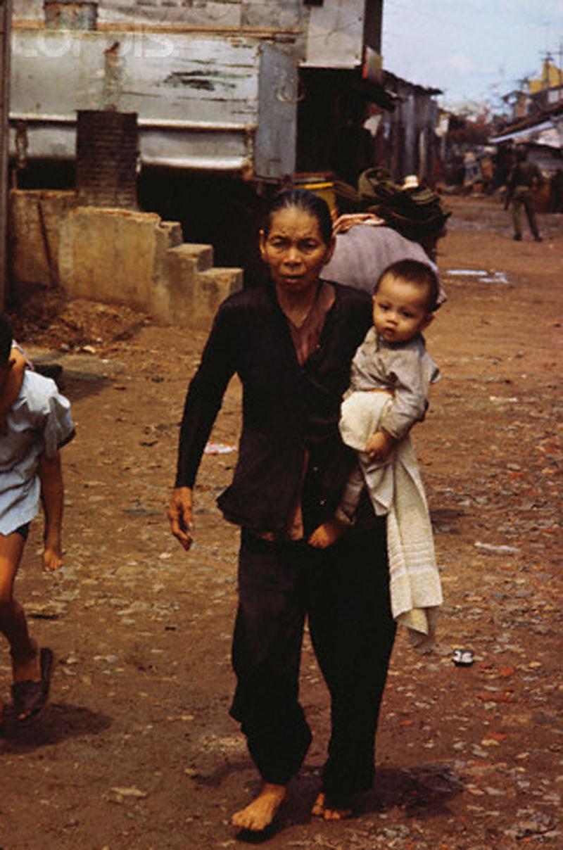 Власти начинают эвакуировать гражданских лиц из домов в районе Тёлон во время атаки Вьетконга. 7 мая