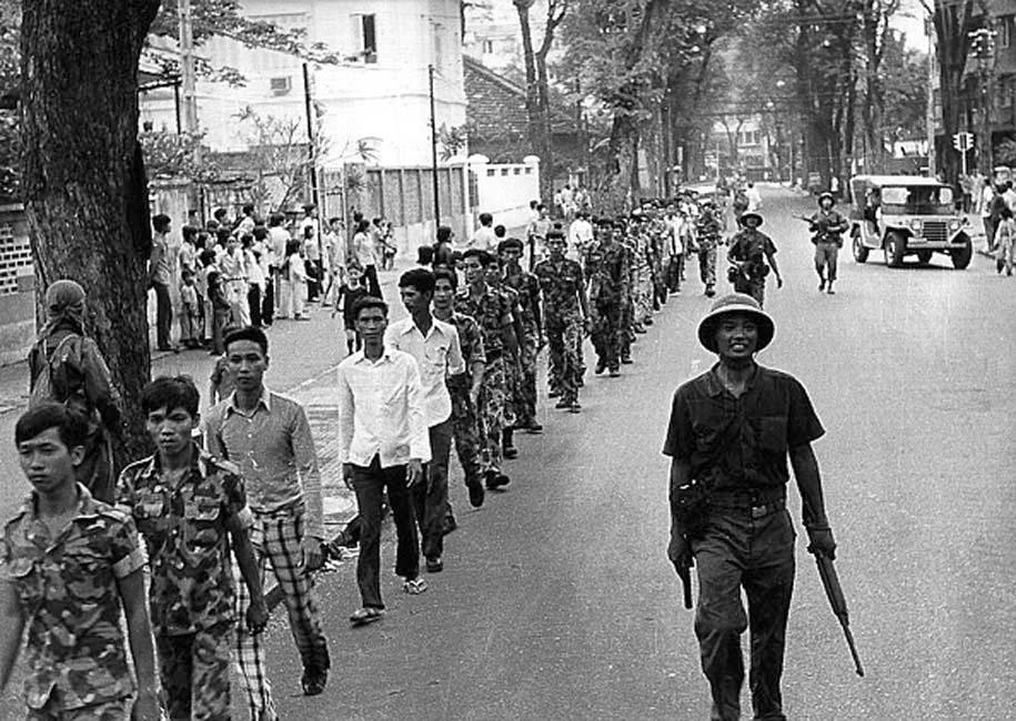 Колонна захваченных военнослужащих южно-вьетнамской армии в сопровождении солдат Северного Вьетнама.  30 апреля 1975