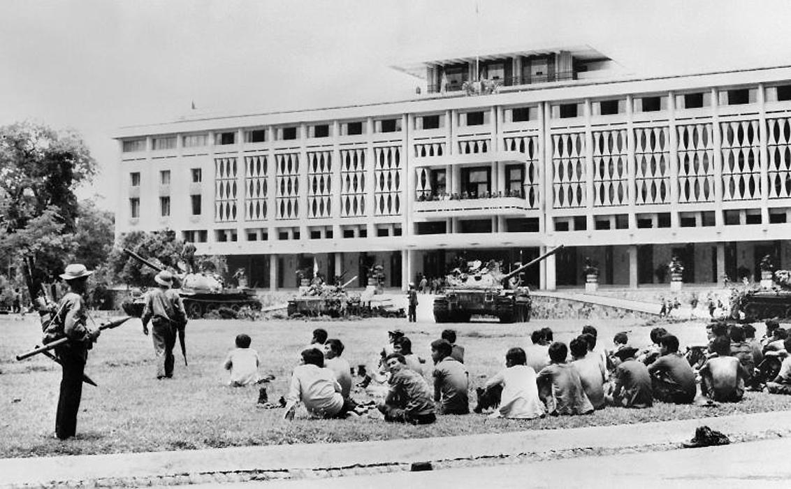 Силы Вьетконга захватили контроль над президентским дворцом