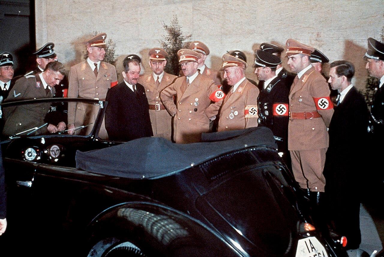 Фердинанд Порше показывает Адольфу Гитлеру народный автомобиль