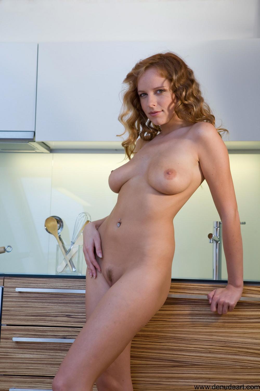 Обнаженная Кармен на кухне