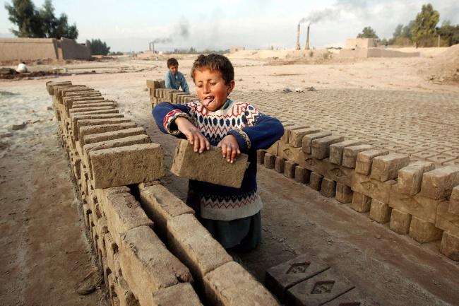 Кирпичные заводы в Кабуле — один из немногих источников постоянного дохода. На производстве кирпича,