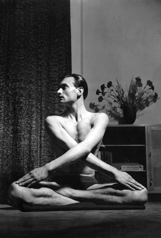 3. Первые настоящие йоги в Америке — Джеймс Хэй-Келли демонстрирует впечатляющие асаны.