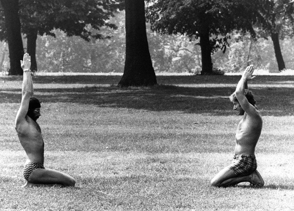 15. Август 1977 года.   Парочка любителей йоги на занятиях в лондонском Гайд-парке. Фото: Colin