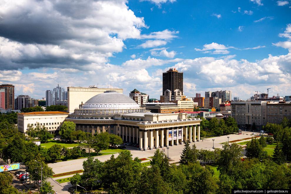 7. Большой купол театра поддерживает сам себя без вспомогательных конструкций. Диаметр купола 60 мет