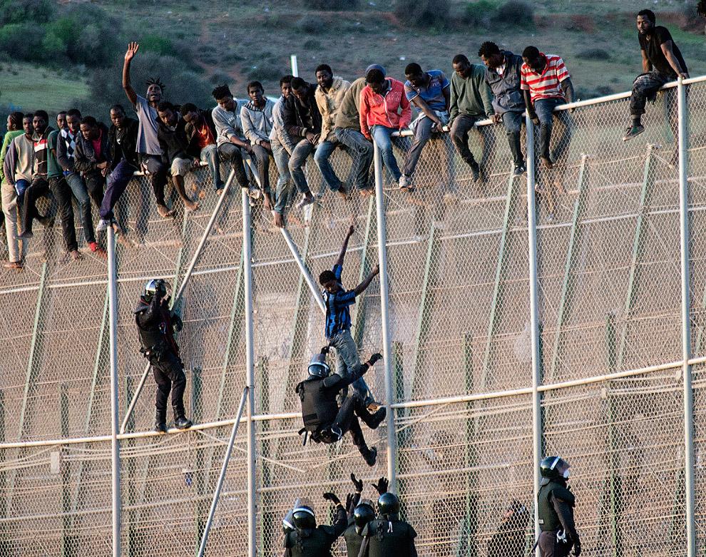 4. 4 июня 2014 года около 400 мигрантов штурмовали границу ранним утром. Пятерым из них удалось пере