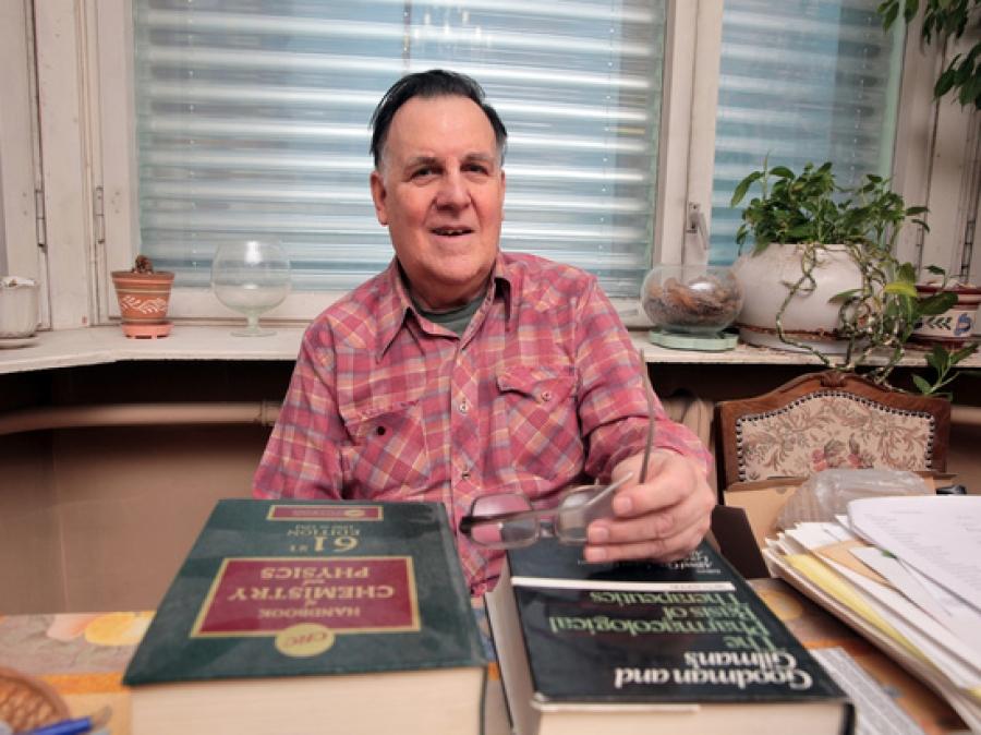 Сейчас ученый живет один в московском районе Новые Черемушки, ведет свой блог. Его жена Лорен Локшин