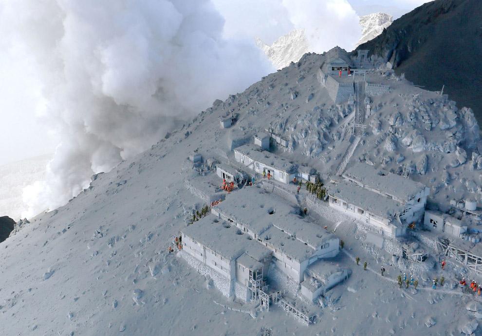 17. Вулканическая активность снизилась, но не прекратилась. Это заметно осложняет работу спасателей: