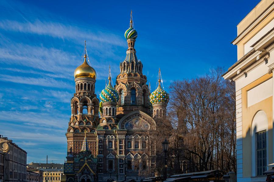 Спас-на-Крови стоит прямо на канале Грибоедова. Для того, чтобы храм мог устоять и воды канала не пр