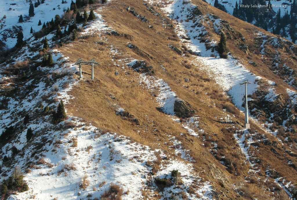 Столбы на горах по дороге на Шымбулак.