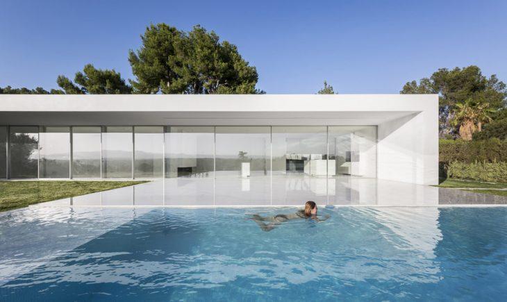 Gallardo Llopis Arquitectos  designed this stunning modern residence located in Vale
