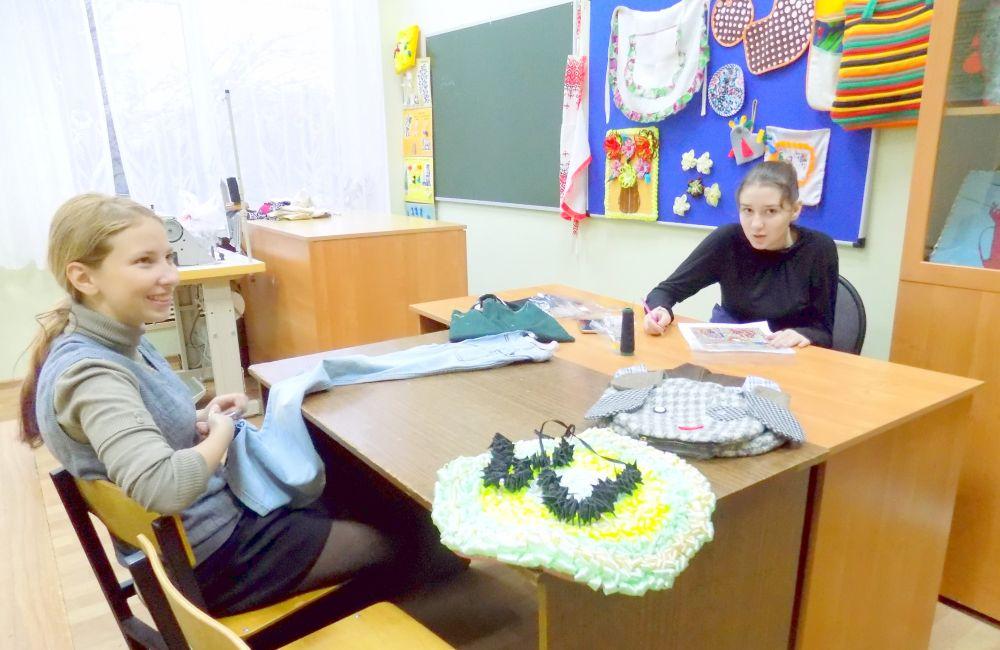 Воспитанницы школы-интерната готовят поделки к Новому году