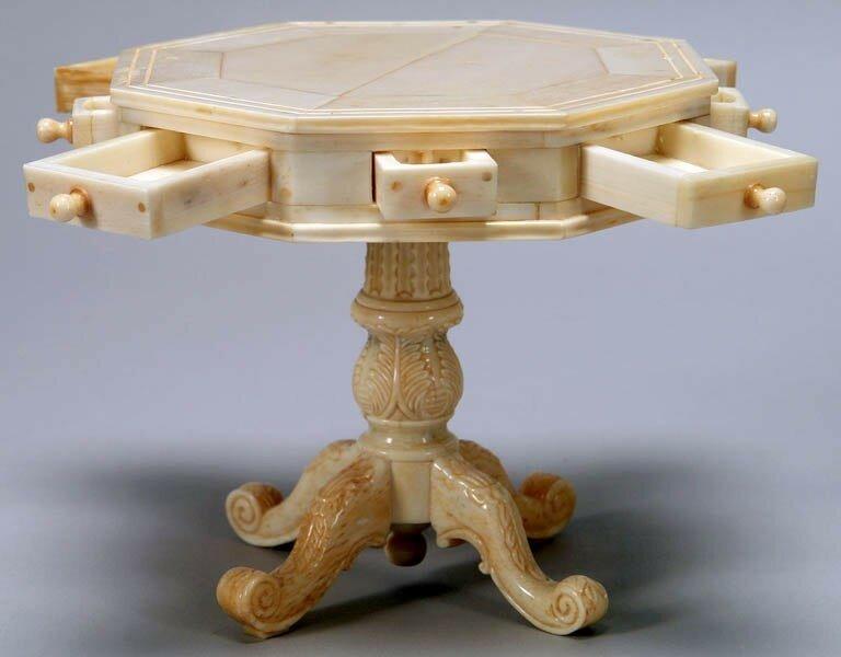 Миниатюрная мебель, вырезанная из кости