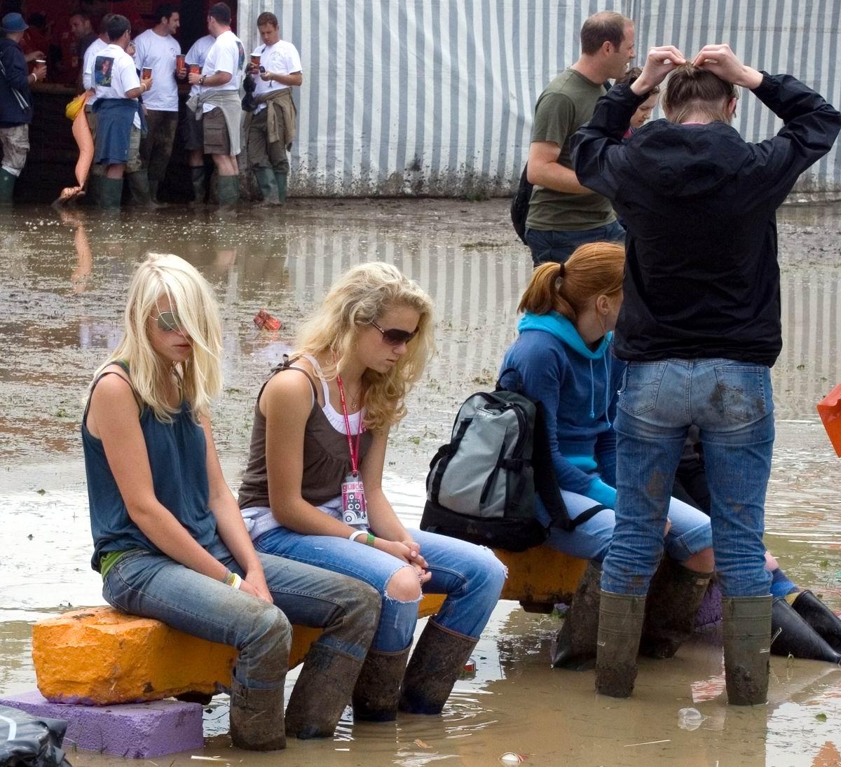 Сидят девчонки, грустят в сторонке: По колено в грязной жиже