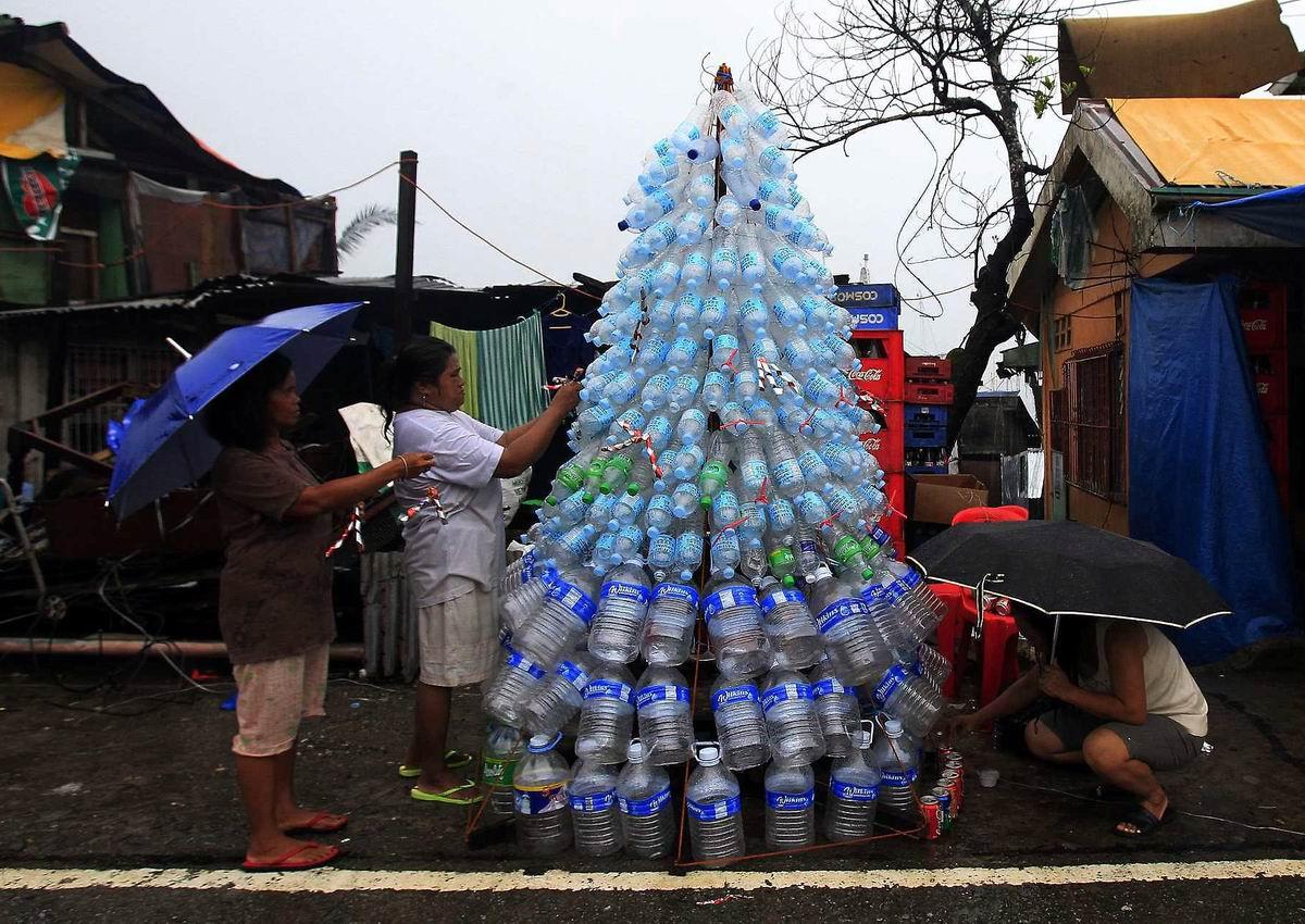 В лесу родилась елочка!: Бутылочная новогодняя красавица по-филиппински