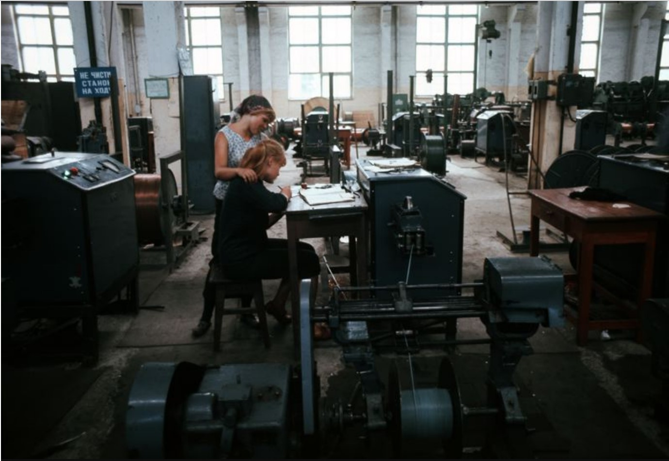 Женский труд на местной фабрике