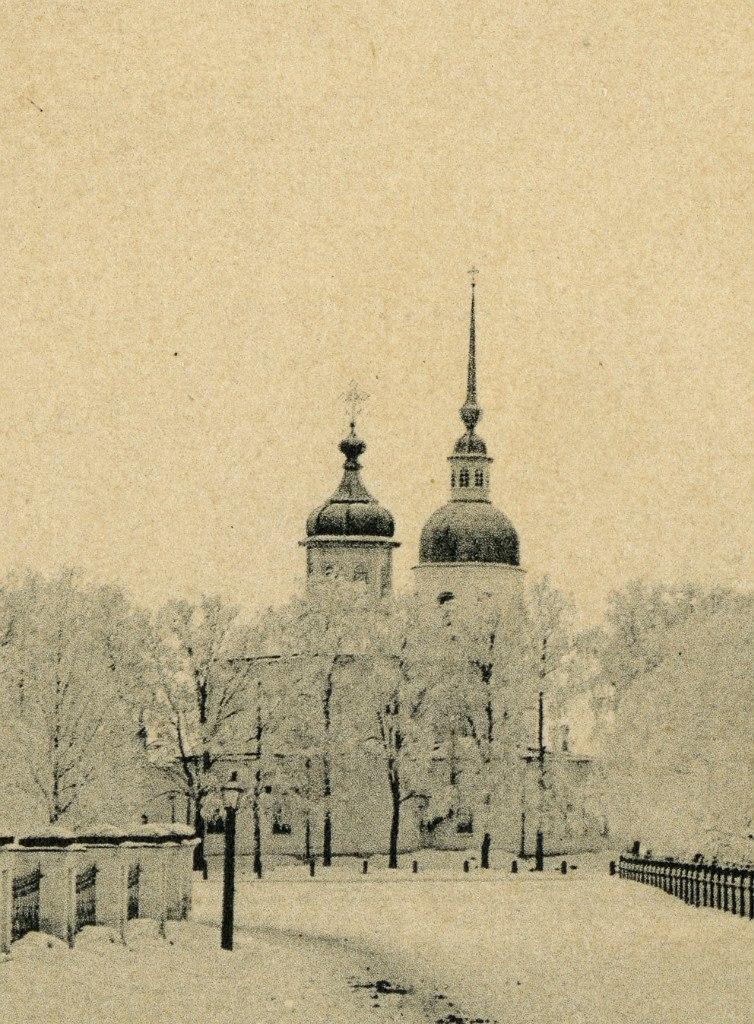 Михайло-Архангельская церковь. Вид с востока, между оградой Троицкого собора и Гагаринским сквером