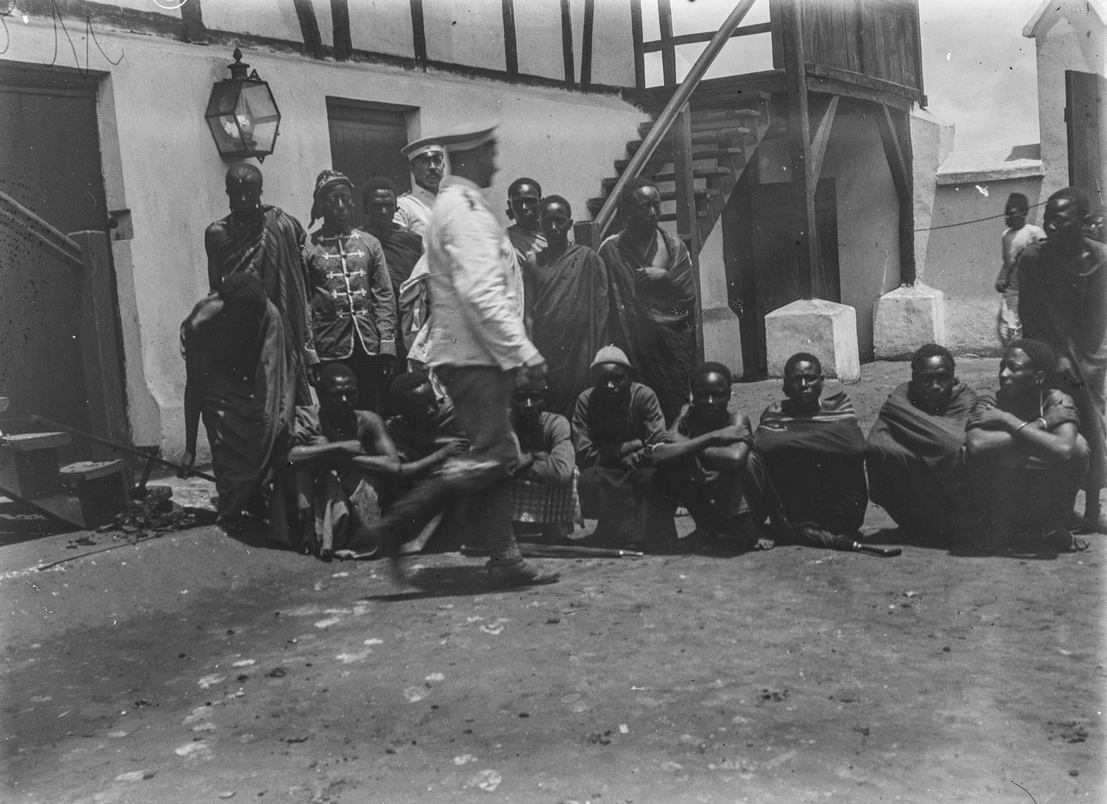 296. Станция немецкого общества Восточной Африки (ДОАГ)  в Моши. Групповой портрет исследователей с людьми чагга