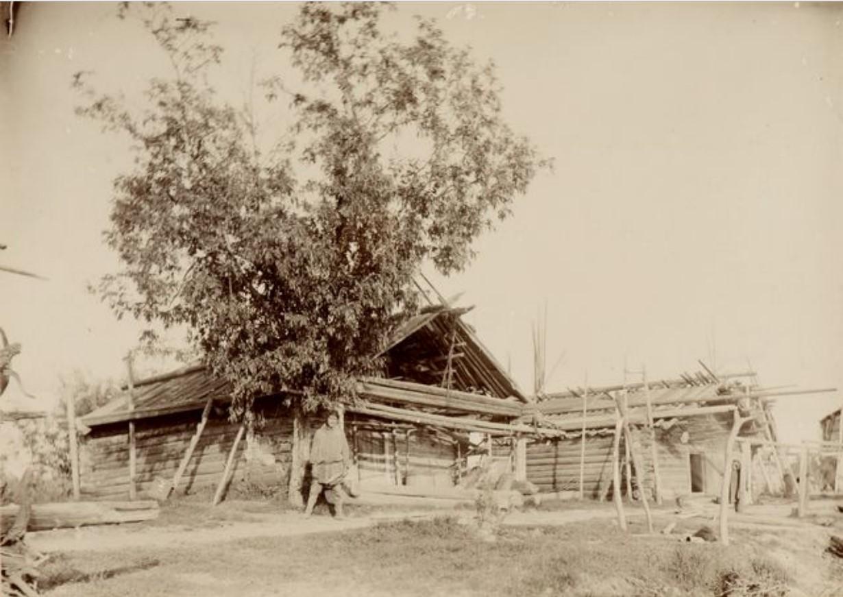 Бревенчатые летние домики. На реке Сыгва