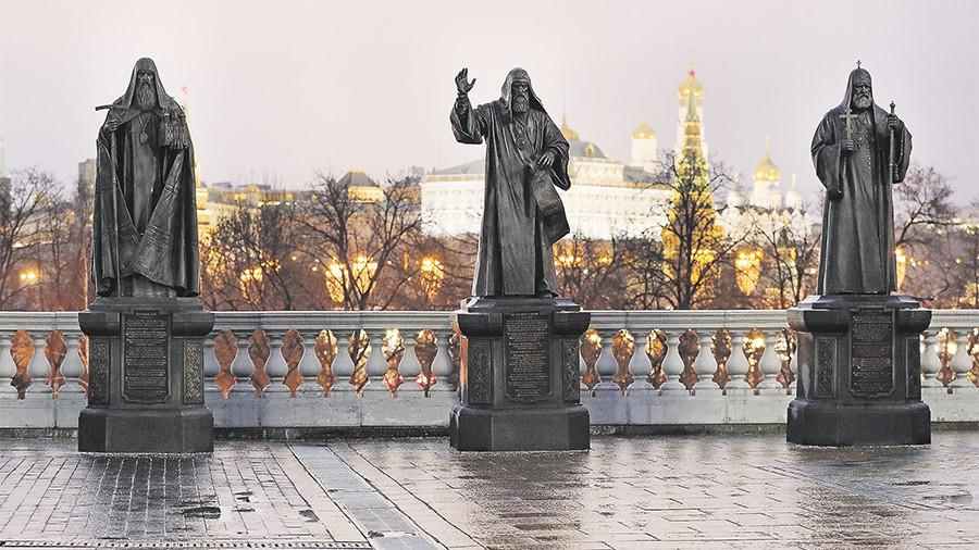 Первые три монумента из 16 уже установлены 25 ноября, 2017 — предстоятелям Иову (первый патриарх Московский), Гермогену и Тихону.