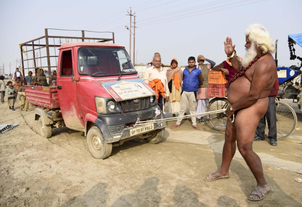 Индуистский садху протащил грузовик пенисом на фестивале Магх Мела