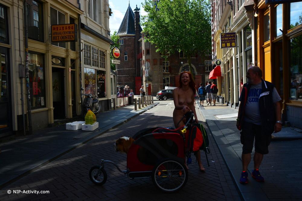 Elen разделась и прогулялась по городским улицам