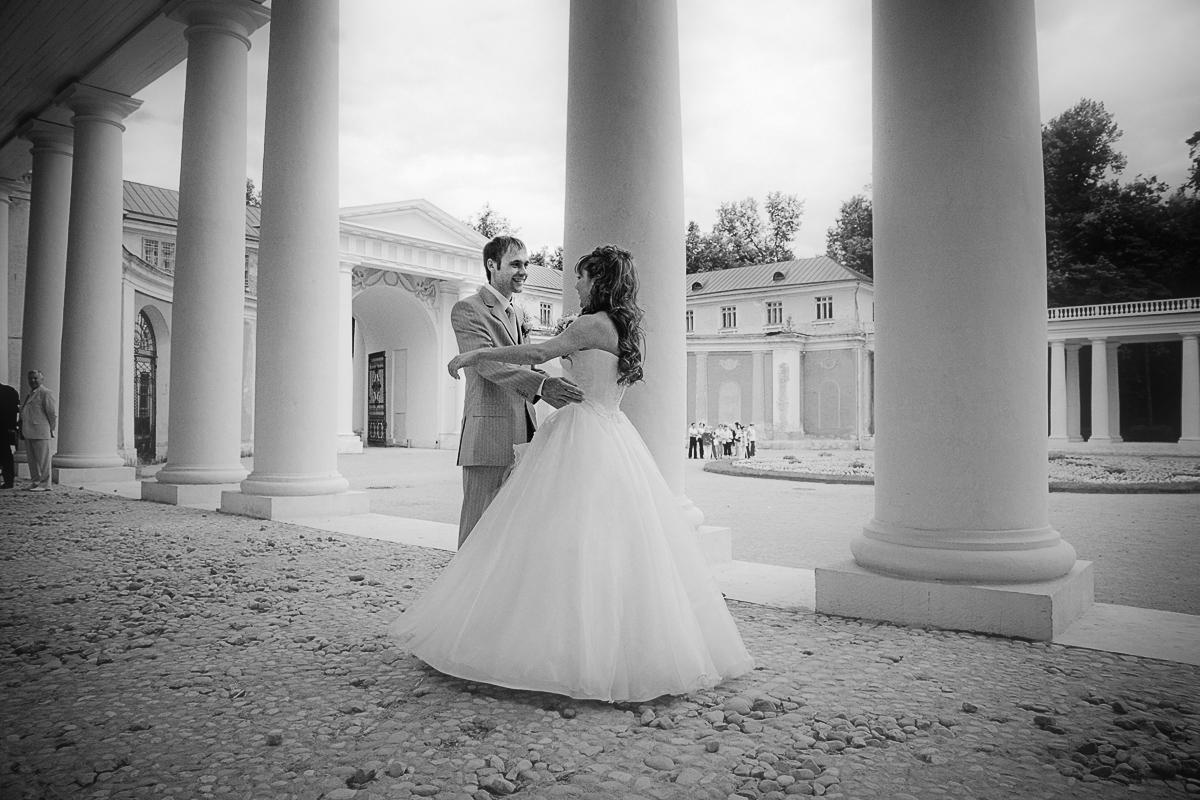 Как ни странно, зимние свадьбы случаются не так уж и редко. Зимой свадьбы, как правило, проводят из-за возможности неплохо сэкономить.