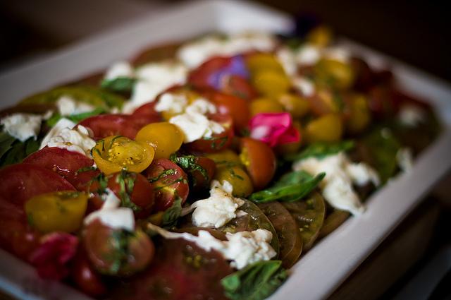 Салат с томатами и боккончини