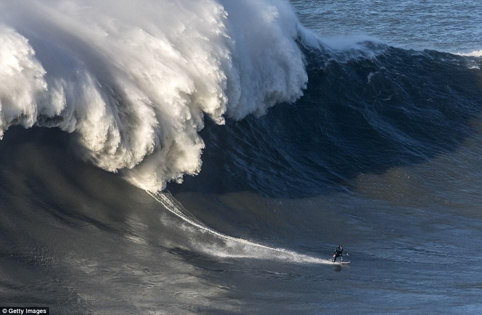 Английский серфер-чемпион сломал позвоночник, упав с гигантской волны в Португалии (5 фото)