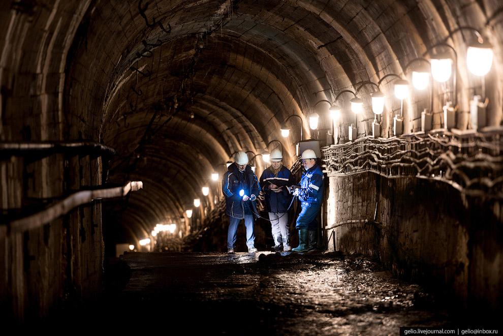 43. Водосброс Вилюйской ГЭС вырублен в скале. Его длина около 980 метров, глубина до 70 метров. Пере