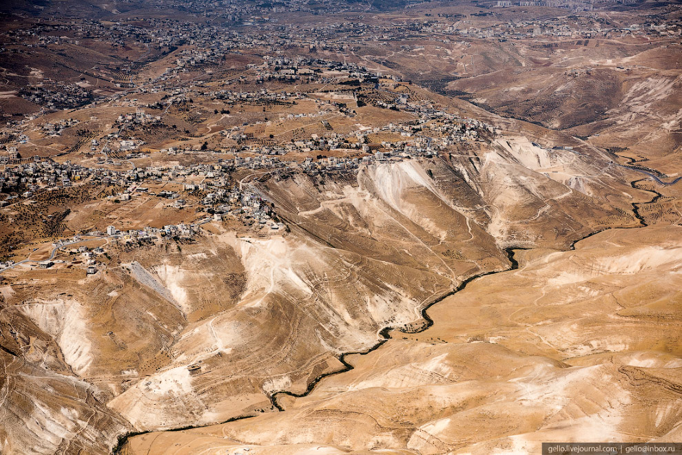 37. Безжизненные холмистые места с древних времен служили прибежищем для отшельников, которые часто