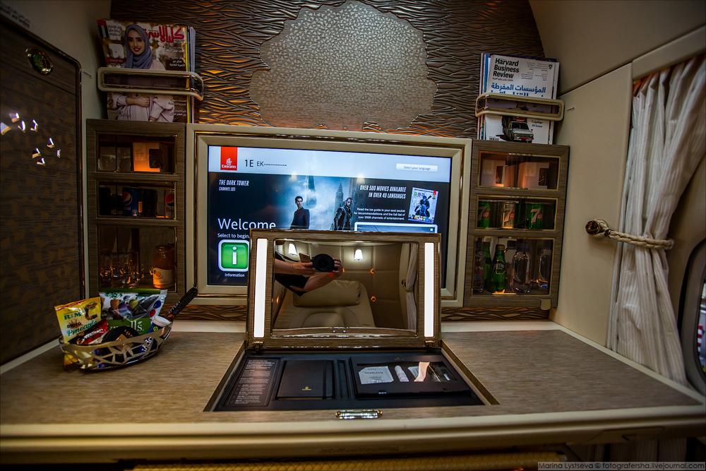 Система развлечений имеет 2500 каналов, 32-дюймовые телевизоры HD LCD. Новые наушники Bowers & Wilki