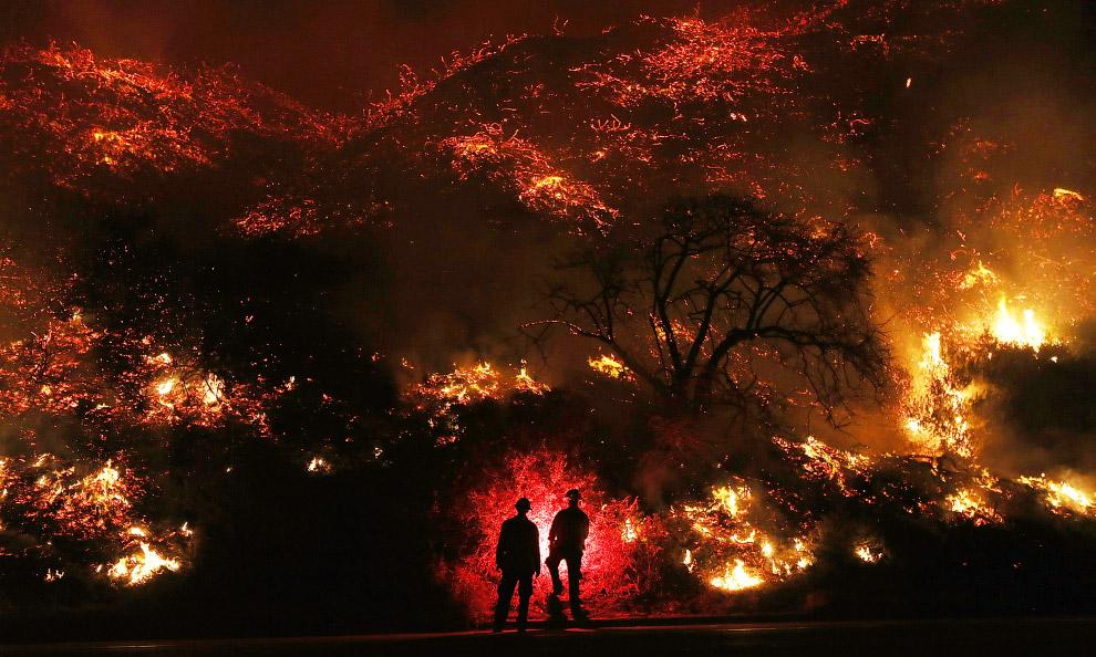 27. Лесные пожары в округе Вентура, Калифорния, 6 декабря 2017. (Фото Mark Ralston):
