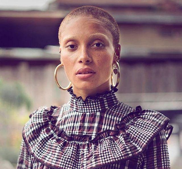 Моделью года стала Адва Абоа — бритая наголо темнокожая феминистка