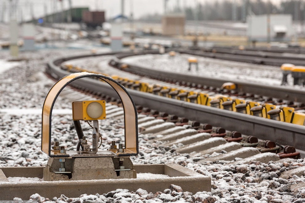 17. Еще одно новшество — вот этот мини локомотив на тросовой тяге. Он служит для подталкивания вагон