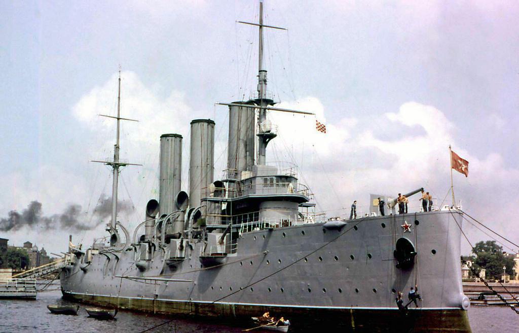 4. Крейсер «Аврора» — символ Октябрьской революции 1917 года.