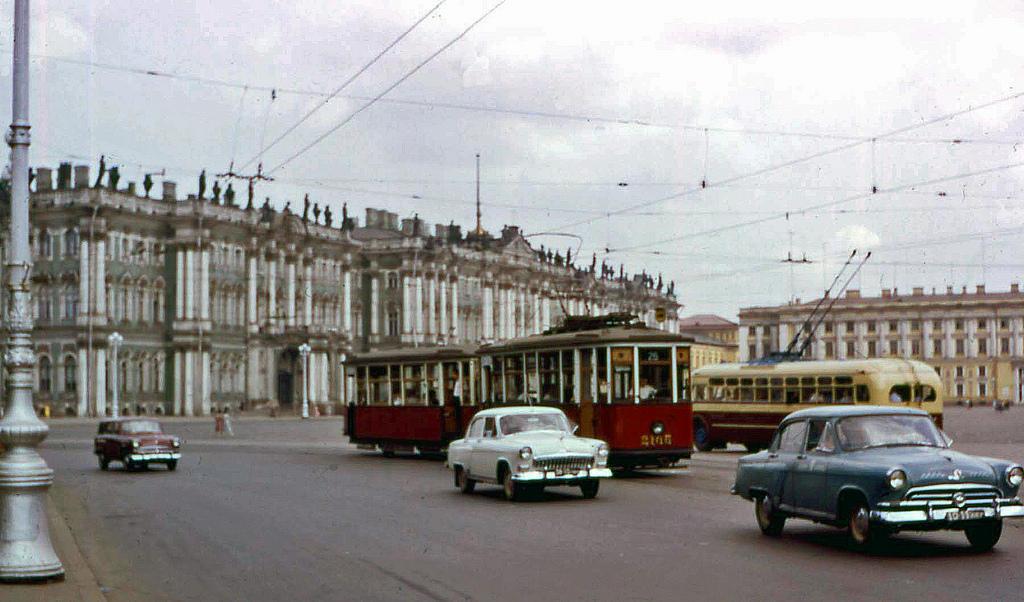 6. Просто фото. Трамваи и машины перед Зимним дворцом, где находится восхитительный Эрмитаж.