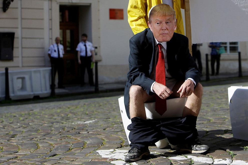 33. «Сделаем Америку снова великой». Троллинг Трампа с портретом Путина. (Фото Eduardo Munoz Alvarez