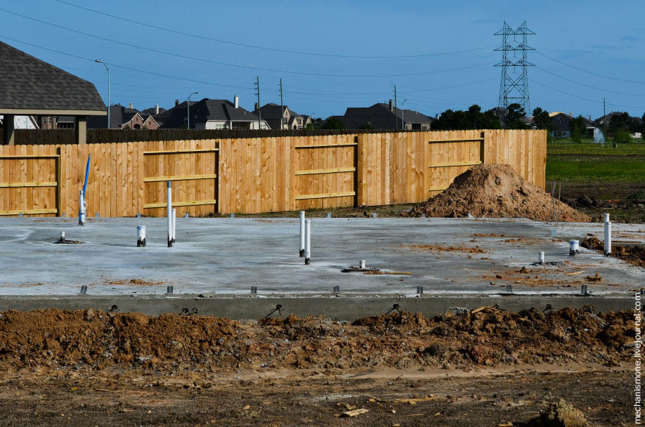 20. Периодически бетон поливают водой, предотвращая этим образование в нём трещин.