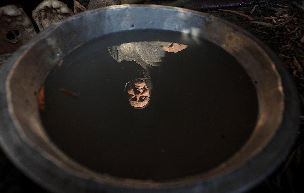 Отражение в окошке  «дома» в лагере беженцев в провинции Гильменд, Афганистан, 6 фев