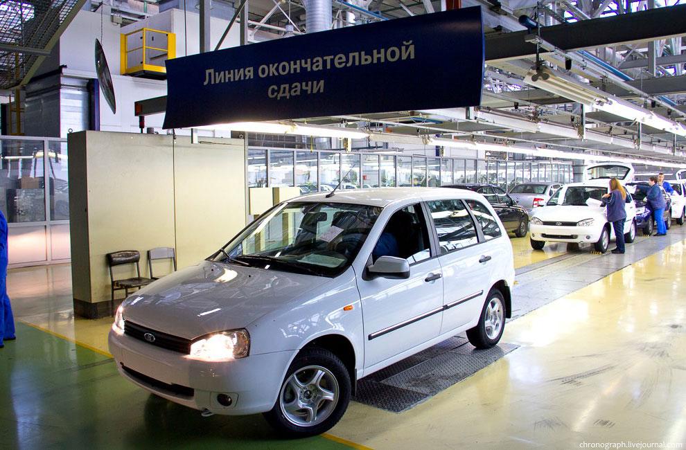 И в заключение пара кадров рядом с заводоуправлением. Памятник Полякову — первому директору АвтоВАЗа