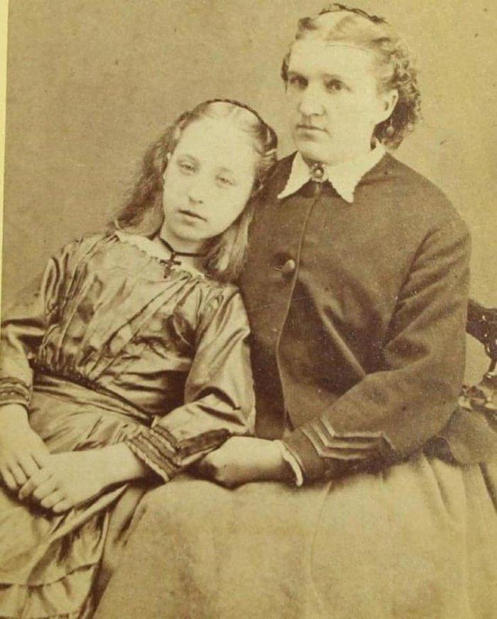 Скорбящие семьи фотографировались с трупами своих детей     Богатые люди обычно