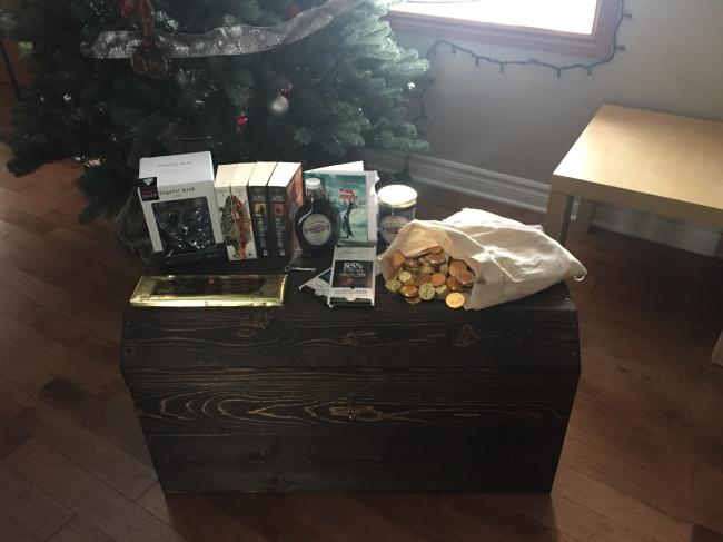 © fjms/imgur.com     Аэтот «тайный Санта » нетолько приготовил целый сундук подарков (к