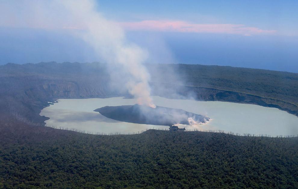 17. Агу?нг — стратовулкан, расположенный на острове Бали и входящий в состав одноимённой провинции И