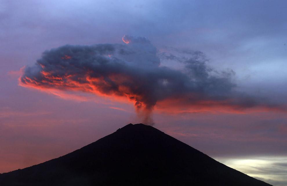 20. Диаметр кратера вулкана Агунг составляет 520×375 метров. Вершина вулкана лысая и лишена ра