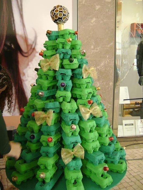 1. Например, можно сделать елку из коробок из-под яиц, покрашенных в зеленый цвет.