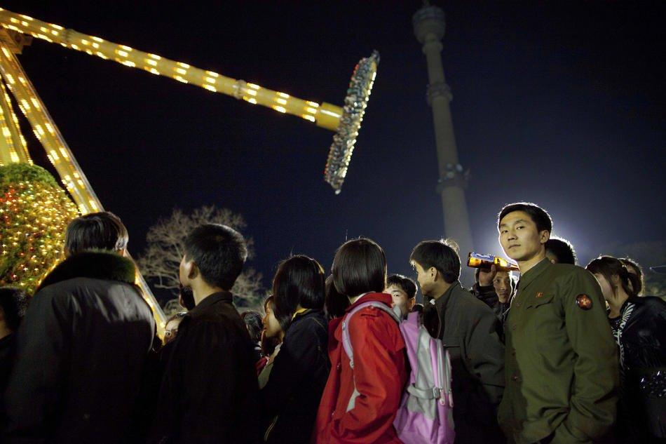 Однотипные здания в городке недалеко от Пхеньяна, 17 апреля 2011: