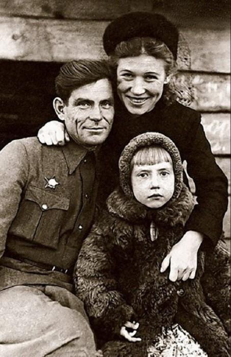 Будущая народная артистка СССР со своими родителями в 1948 году.   Майя Михайловна Плисе