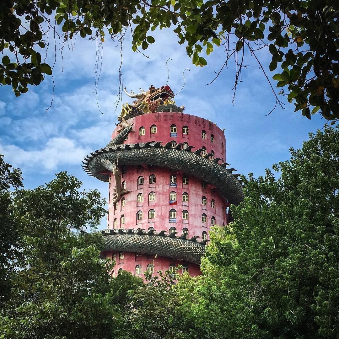 Храм Ват Сампхран — это оригинальный буддийский храм высотой с 17-этажное здание в провинции Накхонп